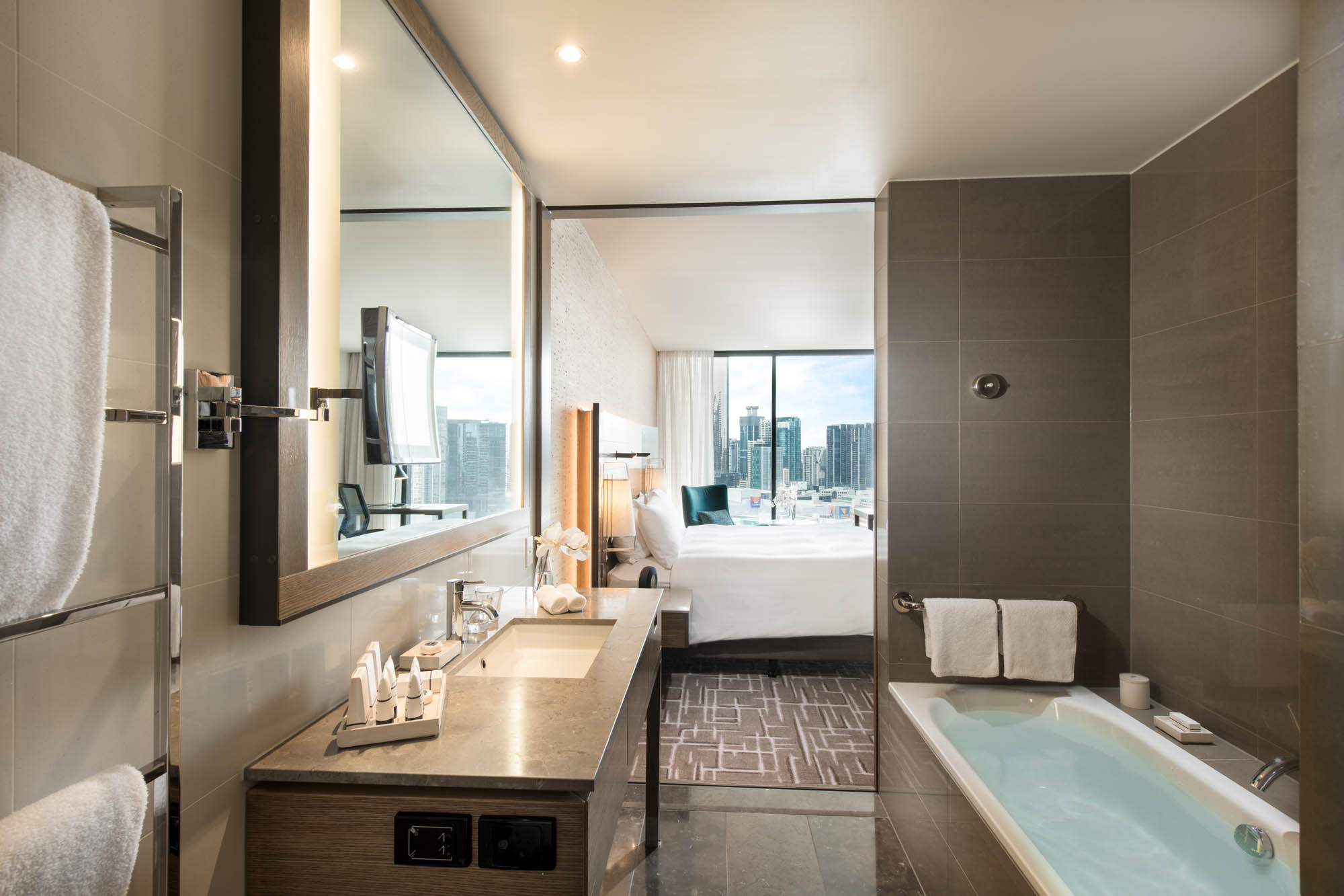 Pan Pacific Hotel Melbourne Bathroom with City View