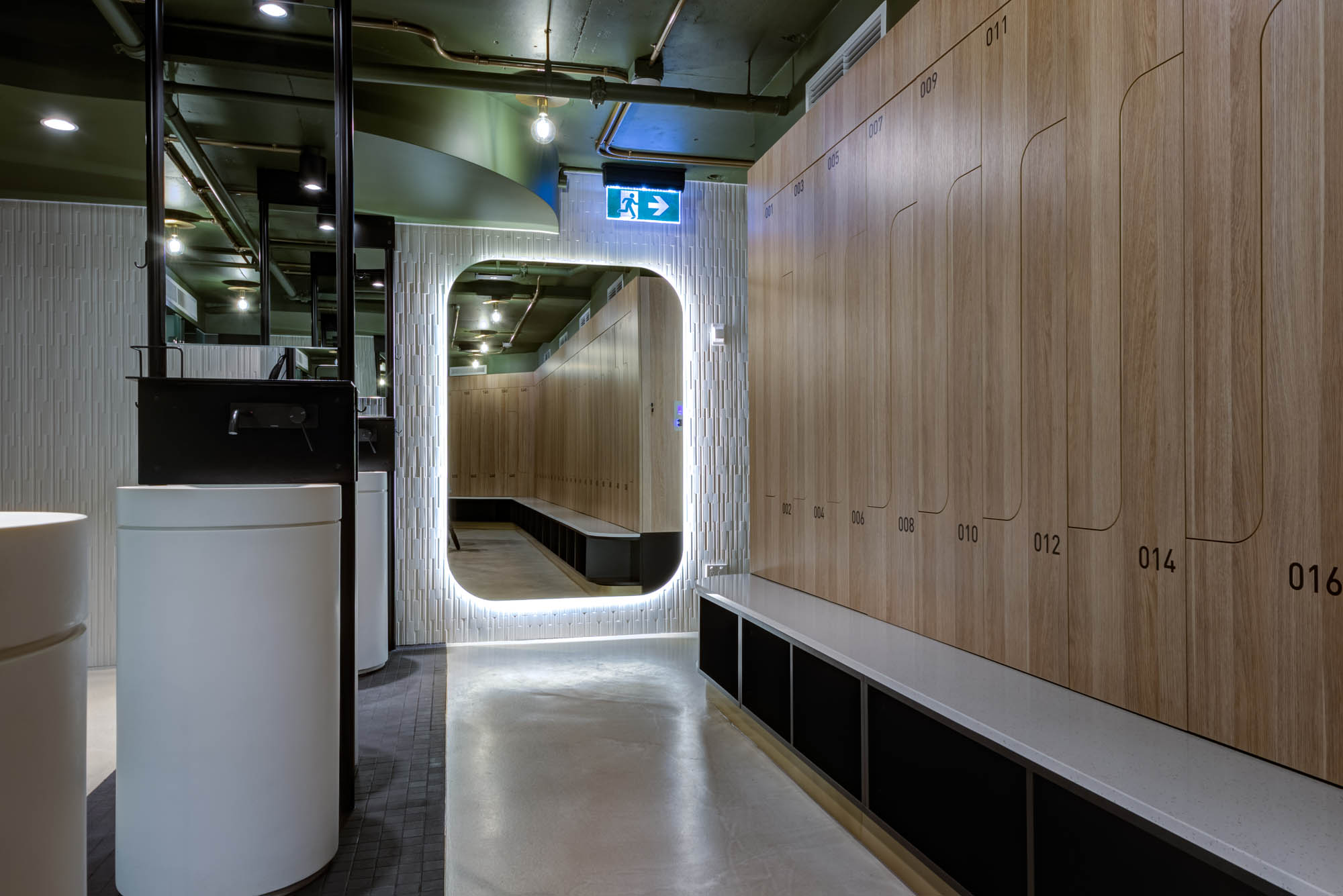 545 queen street brisbane end of trip facility with timber veneer gym lockers