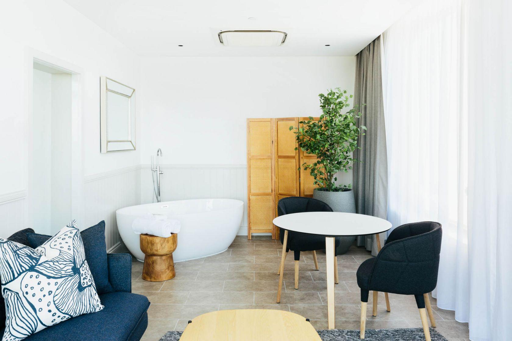 voco hotel gold coast fitout refurbishment construction executive suite retreat bathtub terrace
